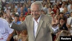 Pat Robertson fue con Mitt Romney a un mitin electoral en Virginia Beach el sábado.