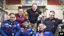 (Ảnh tư liệu) - Các thành viên đoàn thám hiểm 42 lên Trạm Không gian Quốc tế ở module hậu cần Zvezda.