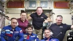 国际空间站的美国宇航员们疏散到俄罗斯舱内