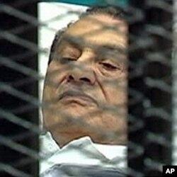អតីតប្រធានាធិបតីអេហ្ស៊ីប Hosni Mubarak នៅលើគ្រែពេទ្យក្នុងបន្ទប់តុលាការកាលពីថ្ងៃពុធ។