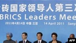 Các nhà lãnh đạo trong khối BRICS (từ trái): Thủ tướng Ấn Ðộ Manmohan Singh, Tổng thống Nga Dmitry Medvedev, Chủ tịch Trung Quốc Hồ Cẩm Ðào, Tổng thống Brazil Dilma Rousseff, và Tổng thống Nam Phi Jacob Zuma chụp hình lưu niệm trước hội nghị thượng đỉnh t