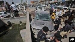 지난 8월 파키스탄 페샤와르 시의 차량 폭탄테러 현장.