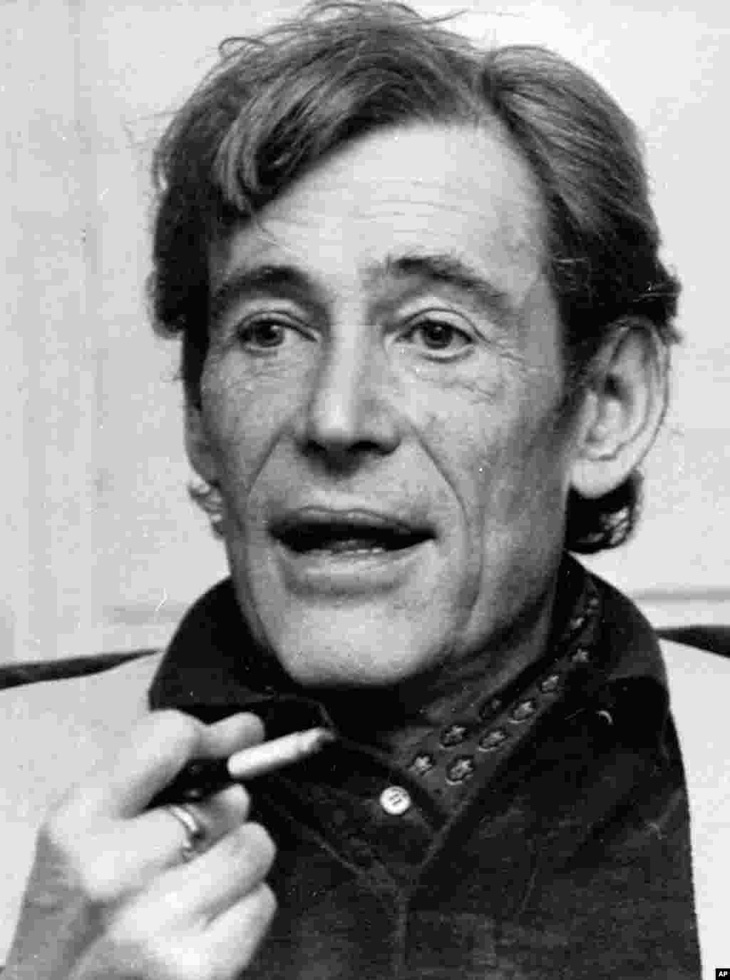 Peter O'Toole smokes during an interview at his London home, Dec. 23, 1980.
