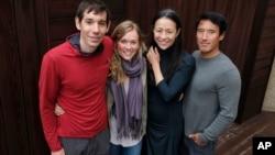 《獨自攀岩》導演金國威(右一)和他的妻子(右二)