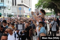 2019年7月7日,有外国人为抗议者游行助兴 (美国之音记者申华拍摄)
