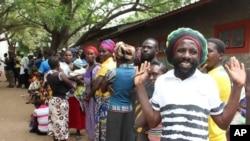 Des Namibiens font la queue lors des élections à Rundu, Namibie, 28 novembre 2014.