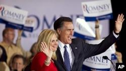 共和党总统参选人罗姆尼与妻子3月20日在伊利诺伊州初选中获胜之后向支持者挥手