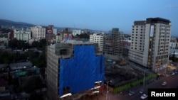 La skyline en soirée à Addis Abeba, le 16 novembre 2015.