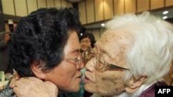 Bà Kim Rye-jung, 96 tuổi ôm hôn con gái ở Bắc Triều Tiên Woo Jung Hye trong cuộc đoàn tụ gia đình tại núi Kim Cương ở Bắc Triều Tiên, ngày 30 tháng 10, 2010