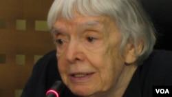阿列克谢耶娃2013年在莫斯科的一次记者会上。(美国之音白桦)