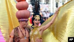 Guests in fancy costumes arrive for the opening ceremony of the 21st Life Ball in front of city hall in Vienna, Austria, May 25, 2013.