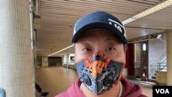 戴上可重用運動口罩的康美樓住戶邱先生擔心發生淘大花園沙士疫情大爆發翻版。(美國之音 湯惠芸拍攝)