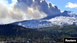 El volcan Copahue en la frontera andina entre Chile y Argentina, lanza una columna de humo y cenizas.
