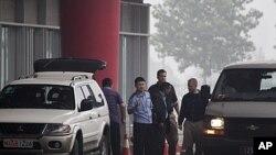 တရုတ္၀ရမ္းေျပးအား လႊဲေျပာင္းေပးရန္ ကေနဒါအစိုးရ တာ၀န္ရွိသူမ်ားႏွင့္ တရုတ္တာ၀န္ရွိသူမ်ား ေဘဂ်င္းေလဆိပ္ေတြ ေတြ႔ဆံုေနစဥ္ (ဇူလိုင္လ ၂၃၊ ၂၀၁၁)