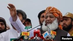 مولانا فضل الرحمٰن نے کہا کہ اگر 'آزادی مارچ' کے جلوس میں کوئی شرارت کرے گا تو اسے حکومت کا نمائندہ سمجھیں گے۔ (فائل فوٹو)