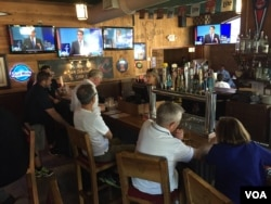 At Harry Buffalo restaurant outside Quicken Loans Arena, patrons watch the first, earlier, debate, August 6, 2015. (Kane Farabaugh/VOA News)
