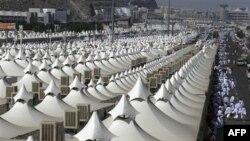 Hiljade šatora, u kojima su smešteni hodočasnici, postavljeno je u Mini, blizu Meke u Saudijskoj Arabiji
