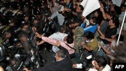 Durante el bloqueo de una importante carretera, los indígenas se enfrentaron a los policías y militares.