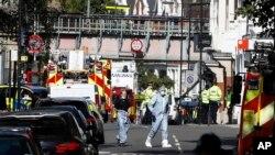 Petugas kepolisian forensik berjalan dalam sebuah areal yang dibatasi garis polisi tempat kejadian pemboman di stasiun kereta bawah tanah Parsons Green di London, Jumat, 15 September 2017.