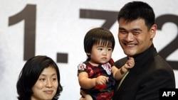 Jao Ming sa porodicom, ćerkom Kin Lei i suprugom Je Li, na konferenciji za novinare u Pekingu na kojoj je objavio da završava karijeru