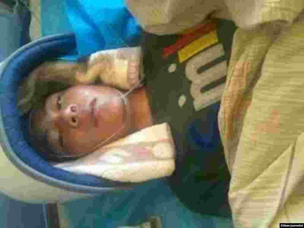 显示抗议青海共和县恰卜恰镇藏族抗议学生被军警打伤的照片(当地民众提供给美国之音藏语组)