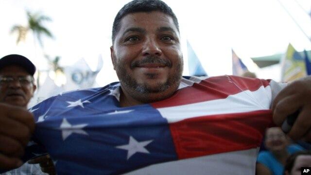 Un puertorriqueño partidario de la estatidad muestra su camiseta con la bandera de Estados Unidos.