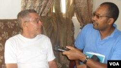 Professor Amilcar Andrade,à esquerda falando à reportagem da VOA