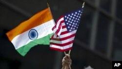 资料照片-在纽约市举行的印度日游行上,一名男子手持印度和美国国旗。(2015年8月16日)
