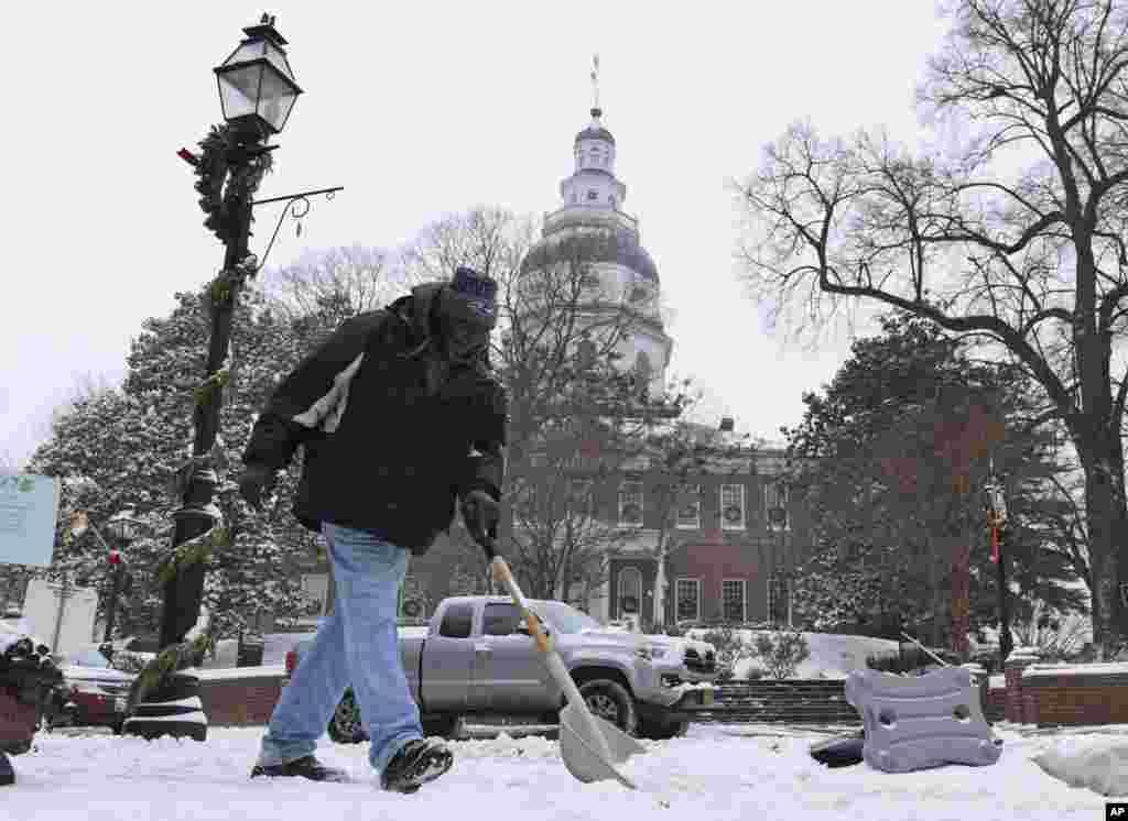 Collester Smith d'Annapolis, enléve la neige à Annapolis, à Maryland, le jeudi 4 janvier 2018.