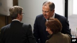 Сергей Лавров (в центре)