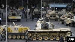 Vojna vozila blokiraju ulice Kaira. 30. januar, 2011.