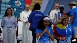 El papa Francisco recibe a representantes de diferentes países que asistieron a un evento del Día Mundial de la Juventud en Ciudad de Panamá, el jueves 24 de enero de 2019.