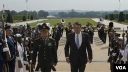 6月11日星期四上午,中國中央軍委副主席范長龍上將抵達五角大樓訪問。美國國防部部長卡特迎接他的到來。