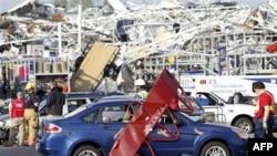 Nhân viên cấp cứu tại cửa hàng Lowes ở bang North Carolina bị tàn phá nặng nề sau cơn lốc xoáy, ngày 16/4/2011