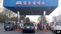 지난해 4월 평양의 한 주유소에 차들이 줄 서 있다.