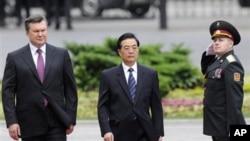 乌克兰总统亚努科维奇和中国国家主席胡锦涛2011年6月20日在基辅检阅仪仗队