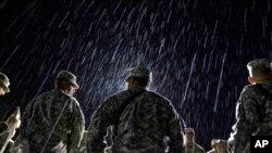 Amerikalik askarlar vatanga yo'l olar ekan, Manas tranzit markazi Afg'onistondan chiqishda muhim punktlardan.