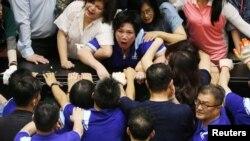 在台湾立法院里执政党民进党立委与在野党国民党立委发生冲突。(2020年6月29日)