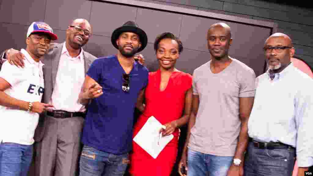 """Le chanteur-compositeur Fally Ipupa, troisième à gauche, entrouré des présentateurs de """"Vous et Nous"""" Anasthasie Tudieshe, quatrième à droite et de Roger Muntu, deuxième à gauche, ainsi que des membres de l'équipe de """"Vous et Nous"""" ainsi que de certains de ses fans."""