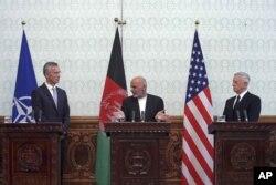 Afg'oniston rahbari Ashraf G'ani NATO Bosh kotibi Yens Stoltenberg va AQSh Mudofaa vaziri Jim Mattis, Kobul, 27-sentabr, 2017
