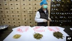 资料照片:北京博爱堂中医院出售的黃芪、 青蒿和艾草等中药材。(2020年3月13日)
