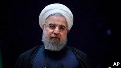 El presidente Hassan Rouhani, realizó una exposición de los últimos logros de la tecnología espacial de Irán en Teherán, Irán. El ministro de Comunicaciones y Tecnología de la Información Mahmoud Vaezi, lo acompaña a Rouhani.