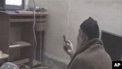 ওসামা বিন লাদেন টেলিভিশনে নিজেকে দেখছেন
