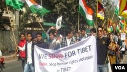 Lima puluh warga Tibet di pengasingan dan para pendukungnya mengadakan demonstrasi di New Delhi tidak jauh dari Kedutaaan Besar Tiongkok.