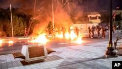 مظاہرین نے پارلیمنٹ کے مقامی دفتر کے باہر احتجاج کرتے ہوئے آگ لگانے والے گولے بھی پھینکے۔