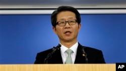 Menteri Unifikasi Korea Selatan Ryoo Kihl-jae memberikan keterangan pers di kompleks pemerintahan di Seoul, Korea Selatan (26/4).