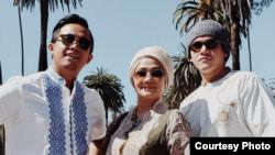 Yafi Fayruz (kiri), bersama sang Ibu, Dina Rismayanti (tengah), dan Yulfiano (kanan) dok: pribadi