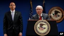 美国司法部长塞申斯和副部长罗森斯坦在华盛顿举行记者会,宣布打击跨国有组织犯罪的措施。(2018年10月15日)