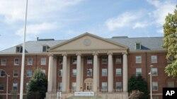 美国国立卫生研究院(NIH)要求其经费资助的数十所美国研究型大学对其教职和研究人员与外国政府及公司间可能存在的经费关系进行调查。