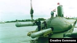 Ảnh minh họa: Tên lửa Klub được đưa lên tàu ngầm Kilo của Hải quân Ấn Độ. (ảnh: Facebook)